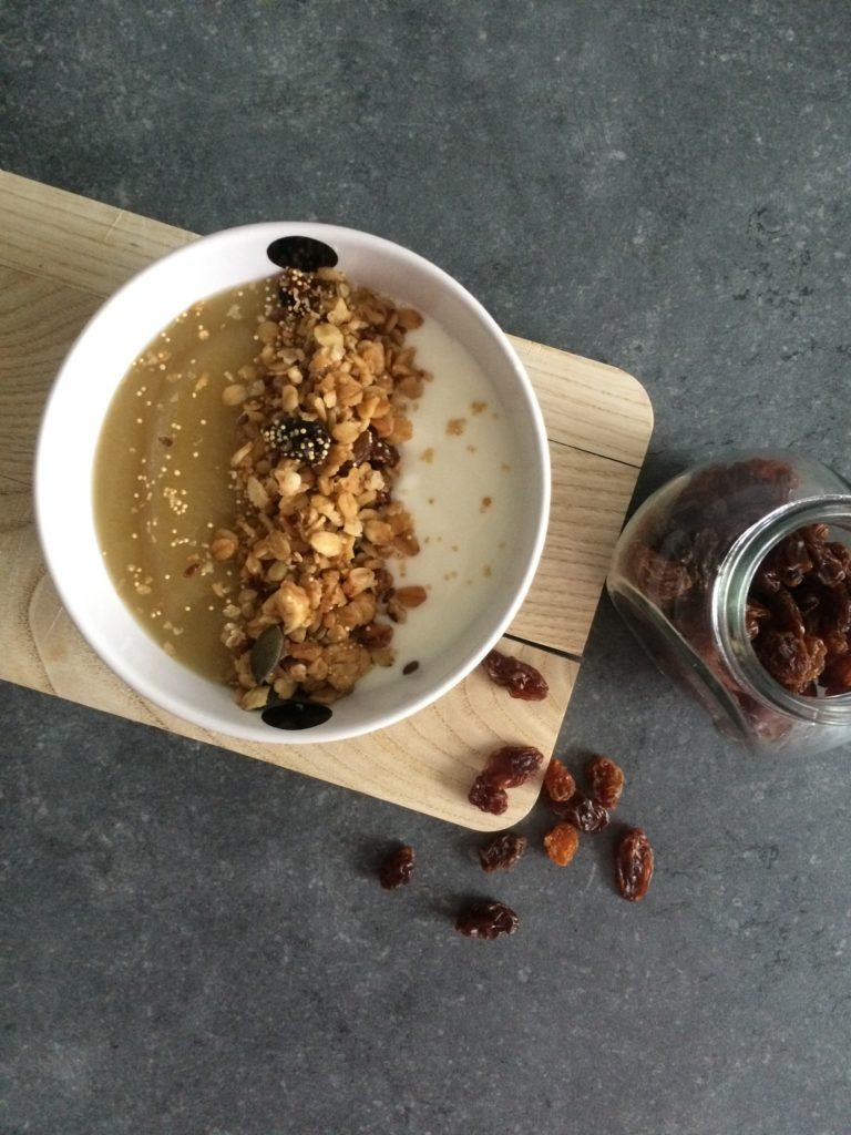 Yaourt nature, compote pomme-vanille, granola maison (amandes, avoine, cannelle)