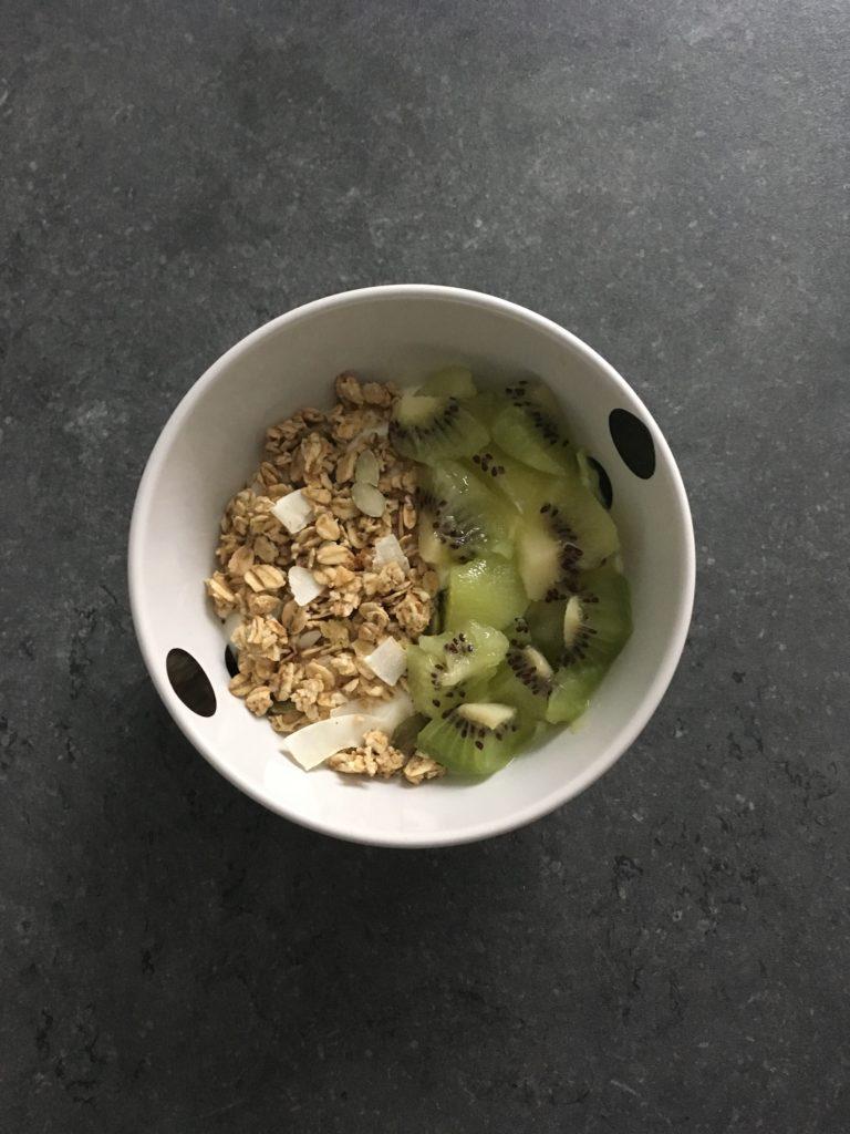 Fromage blanc, muesli à la noix de coco, kiwi.