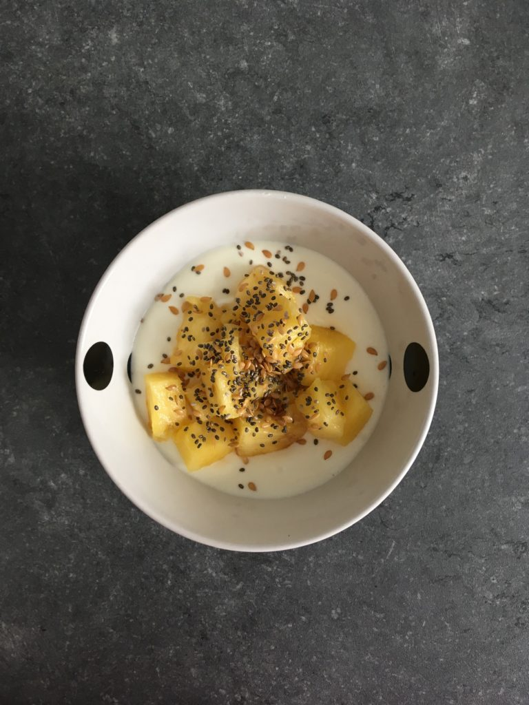 Fromage blanc, ananas frais, graines de lin et graines de chia.