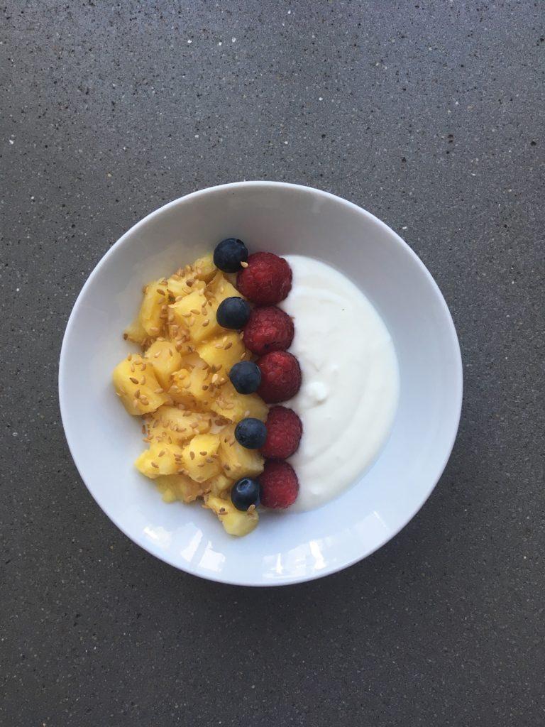 Fromage blanc, ananas frais, myrtilles, framboise et graines de lin.