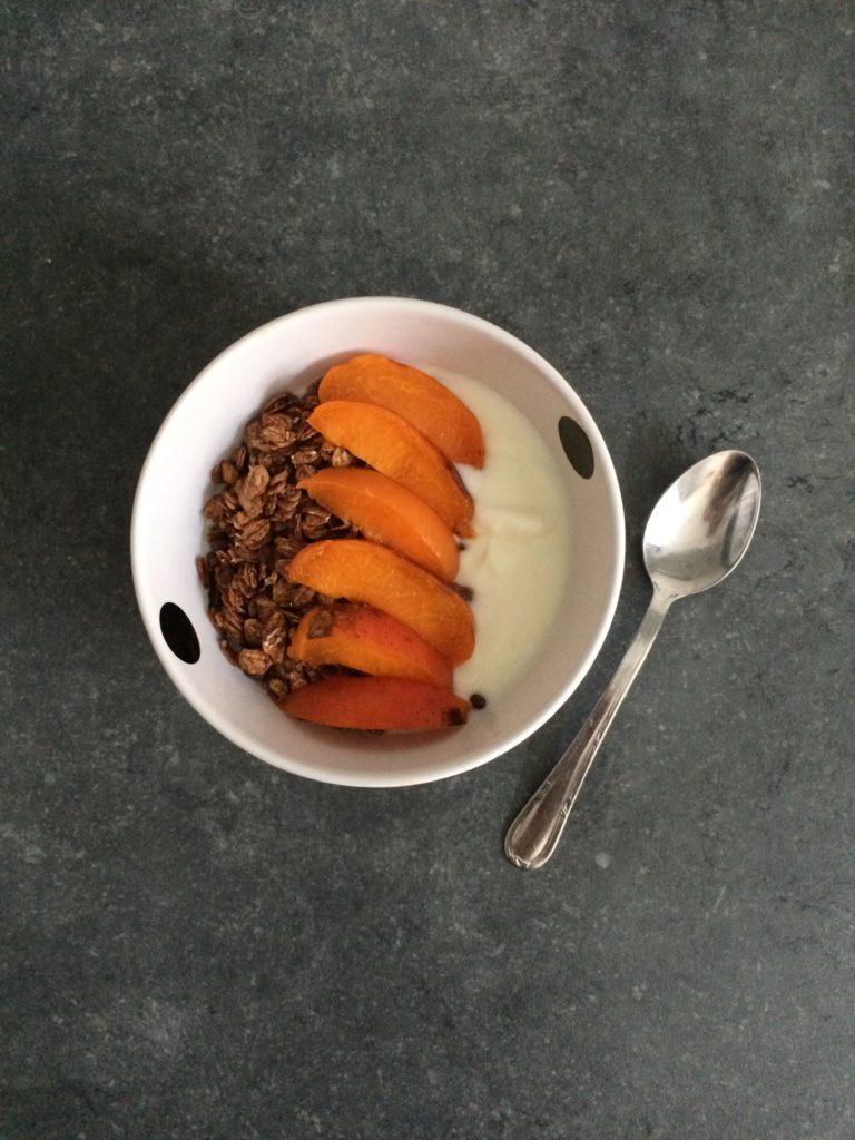 Yaourt nature, muesli salé, abricot