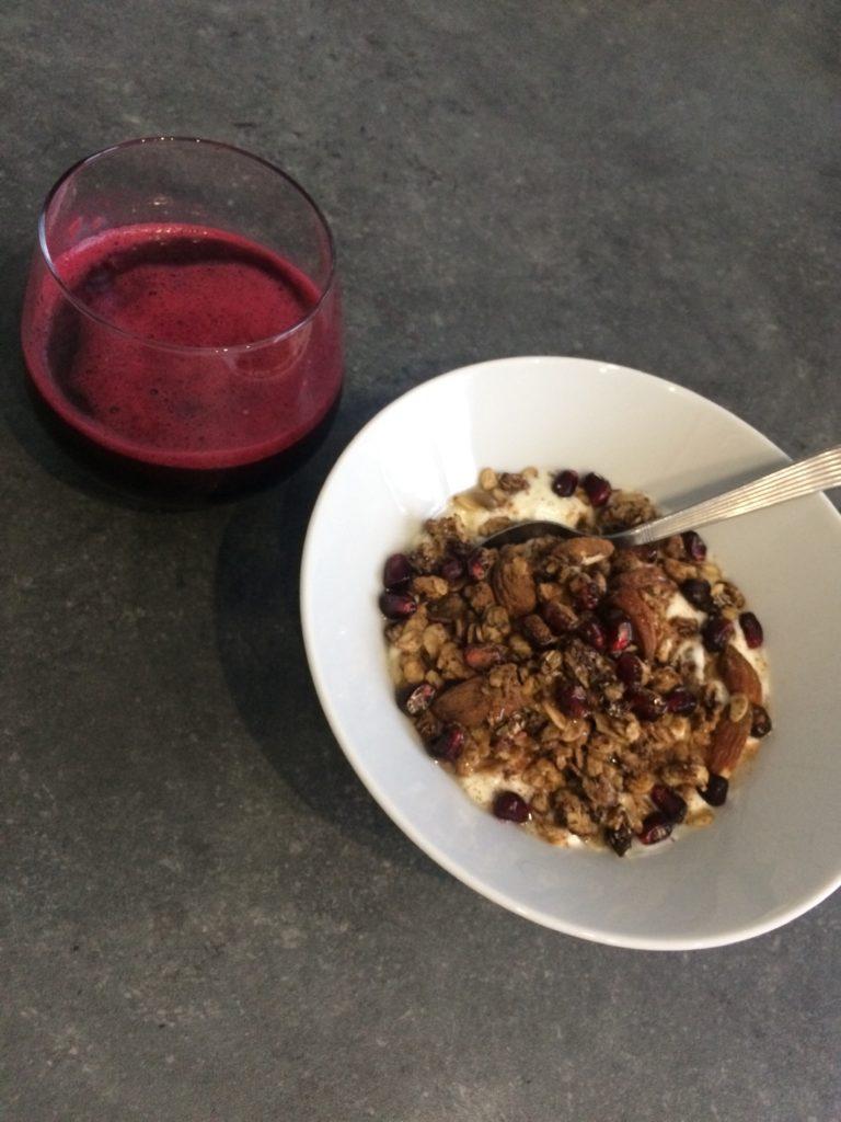 Yaourt à la coco, granola choco-coco, cannelle et jus de grenade