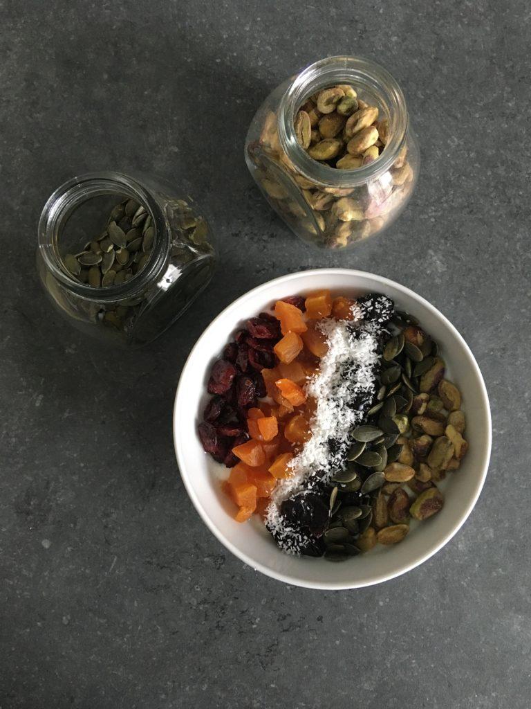 Yaourt maison, pistaches, graines de courge, coco, abricots secs, pruneaux et cranberries.