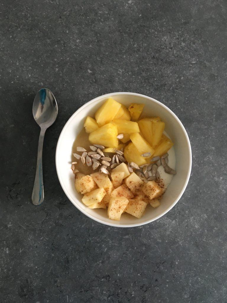 Yaourt maison, compote, ananas, graines de tournesol, pomme et cannelle.