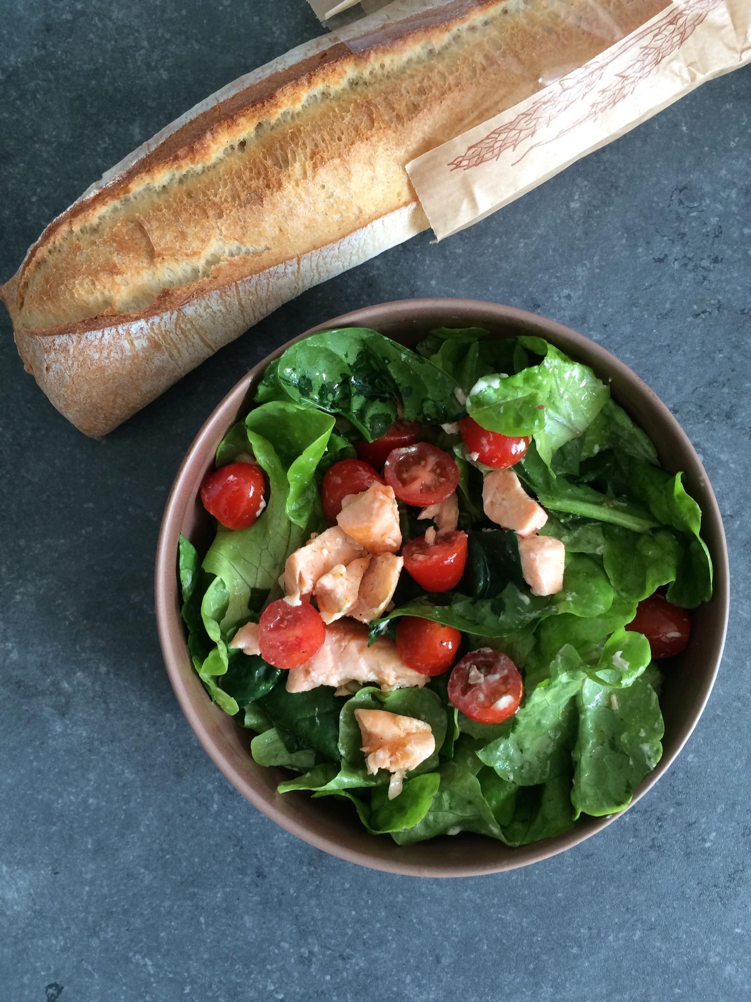 Salade verte, saumon et tomates cerises