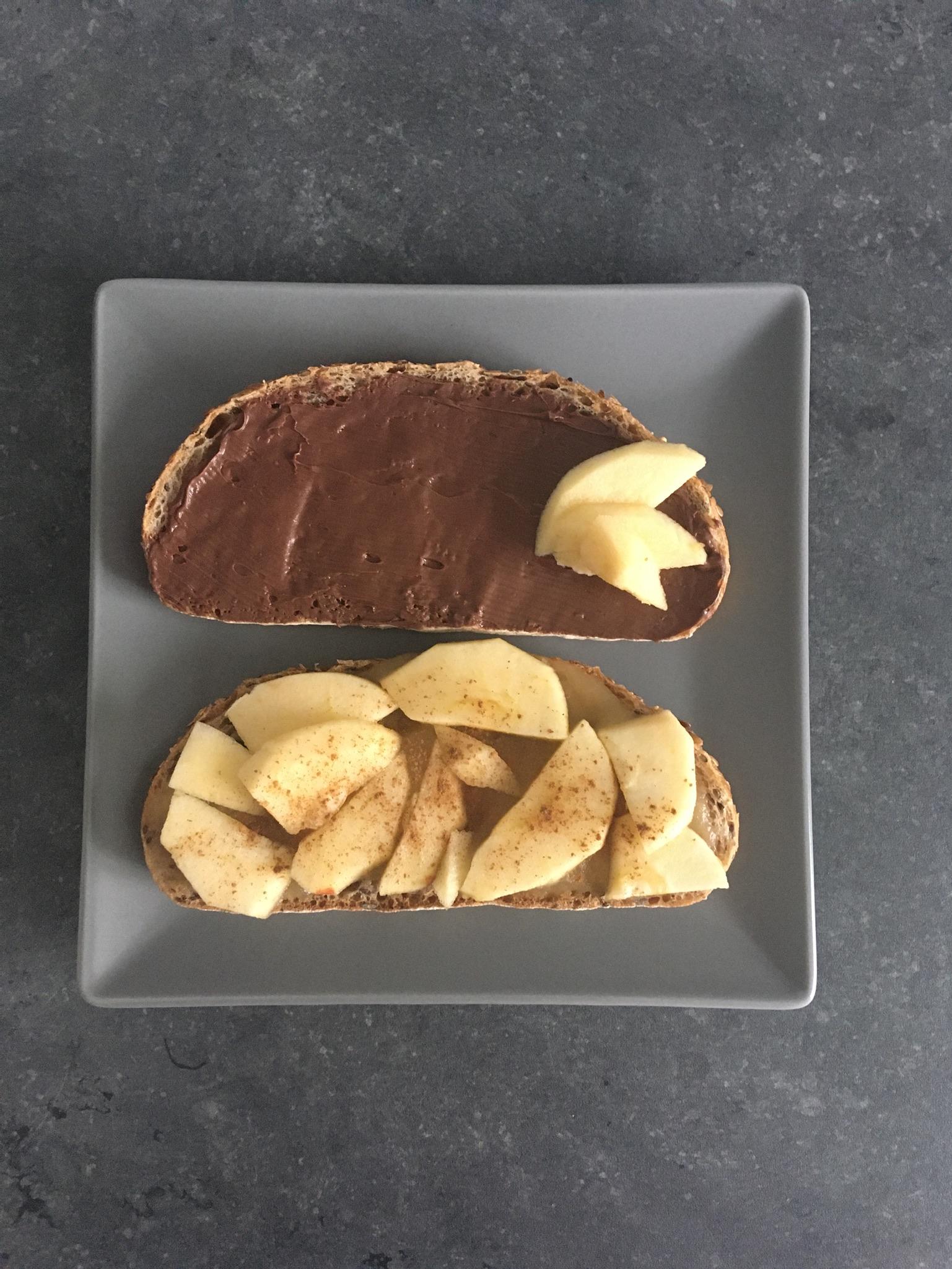 Pain au lin, pâte à tartiner, pomme et cannelle.